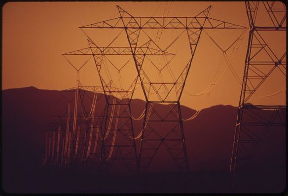 800px-POWER_LINES_PASS_FROM_NEARBY_HOOVER_DAM_TO_SOUTHERN_CALIFORNIA_-_NARA_-_549011