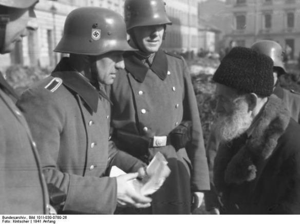 bus_big_nazi_bundesarchiv_bild_101i-030-0780-26_krakau_razzia_von_deutscher_ordnungspolizei.jpg